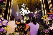 La devoción religiosa del Cristo Negro de Portobelo parece ser una de las más populares, en la República de Panamá. Según las investigaciones realizadas sobre el tema, se dice que esta devoción se remonta a los tiempos de la colonia, cuando se cuenta que un 21 de octubre de 1658 llegó, a la playa de la comunidad panameña de Portobelo, la imagen del Cristo Negro. Solo son suposiciones, ya que todavía no se tienen referencias históricas precisas sobre este tema, pero por algunos cálculos intuitivos se puede decir que la imagen lleva en Portobelo más de dos siglos.©Ramón Lepage/Istmophoto.com