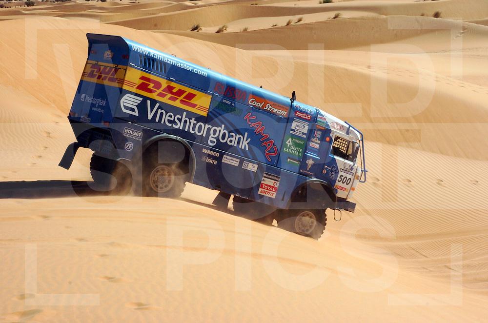 Rally Lissabon-Dakar 2006:..FIRDAUS KABIROV (RUS)..AYDAR BELYAEV (RUS)..ANDREY MOKEEV (RUS) .KAMAZ .4911..nummer: 500..fotografie frank uijlenbroek©2006 frank uijlenbroek..