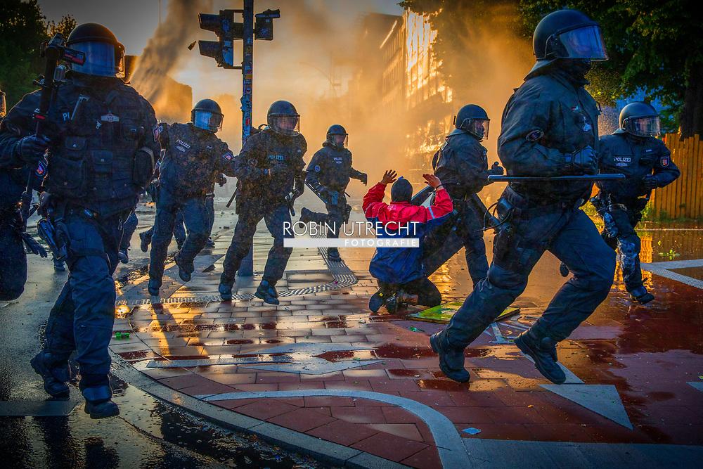 HAMBURG - riots in hamburg during the G 20 meeting . <br /> HAMBURG - Veel verschillende rellen in verschillende wijken van Hamburg ivm de G20 Top. Een grote politiemacht met o.a. arrestatieteams hebben de grootste moeite om de orde te herstellen.