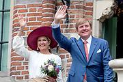 Koning Willem-Alexander en koningin Maxima op het bordes van het stadhuis ter afsluiting van het streekbezoek aan de Betuwe.<br /> <br /> King Willem-Alexander and Queen Maxima on the landing of the town hall to conclude the regional visit to the Betuwe.