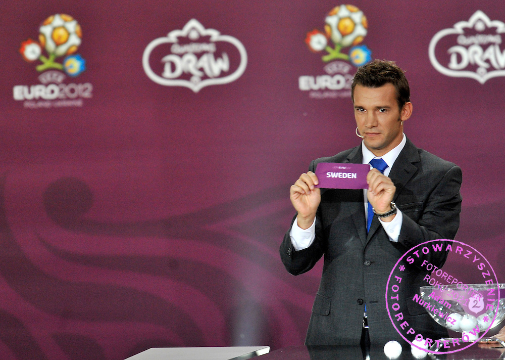 ANDRIY SCHEVCHENKO (UKRAINE) SHOWS THE TICKET OF SWEDEN DURING THE EUFA EURO 2012 QUALIFYING DRAW IN PALACE SCIENCE AND CULTURE IN WARSAW, POLAND..THE 2012 EUROPEAN SOCCER CHAMPIONSHIP WILL BE HOSTED BY POLAND AND UKRAINE...WARSAW, POLAND , FEBRUARY 07, 2010..( PHOTO BY ADAM NURKIEWICZ / MEDIASPORT )..PICTURE ALSO AVAIBLE IN RAW OR TIFF FORMAT ON SPECIAL REQUEST.