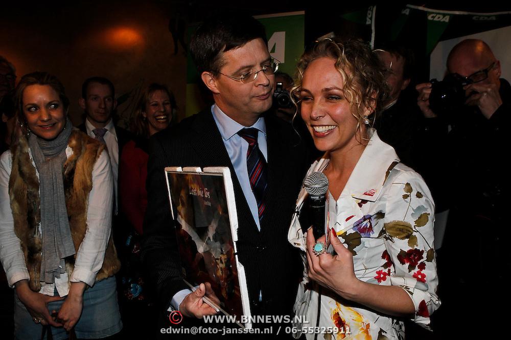 NLD/Huizen/20100302 - Premier Peter - Jan Balkenende op verkiezingsbezoek in Huizen, krijgt de 1e cd van kamerlid Sabine Uitslag
