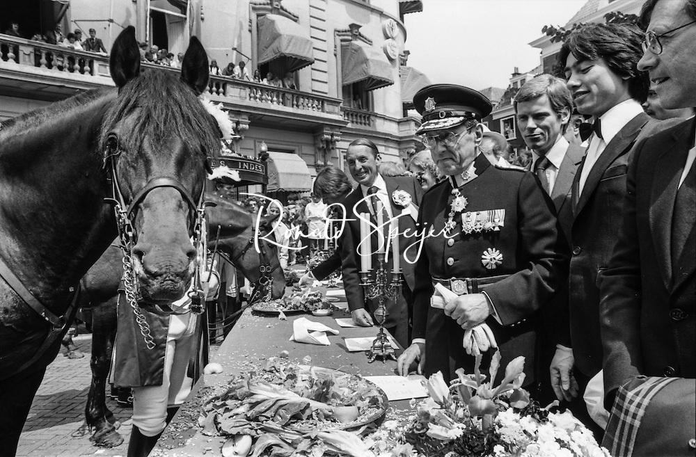 Den Haag - Lange Voorhout 24-06-1980<br /> Opening zesde Haagse Paardendagen<br /> Hoofdcommissaris van Politie Den Haag Peijster laat zijn paard genieten van het buffet voor Hotel Des Indes<br /> © Ronald Speijer