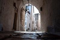 Arco d'accesso ad una delle vie più suggestive di Ostuni vecchia, che abbraccia il borgo antico, impreziosita da numerosi archi