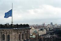 Berlin februar 2012.<br /> Euro-flagget p&aring; halv stang ved Riksdagen i Berlin. I bakgrunnen ser man Branderburger Tor.<br /> Foto: Svein Ove Ekornesv&aring;g