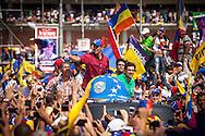 El candidato opositor, Henrique Capriles Radonski lanza gorras tricolor a sus simpatizantes durante la llamada marcha Heroica realizada en Caracas, Venezuela. 7 Abril 2013. (Foto/ivan gonzalez)