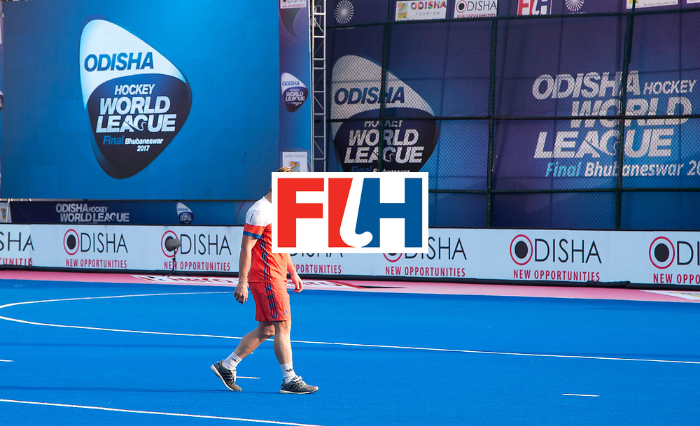 BHUBANESWAR - De geblesseerde Mink van der Weerden  na  de Hockey World League Final wedstrijd Nederland-Spanje (2-3).  COPYRIGHT  KOEN SUYK
