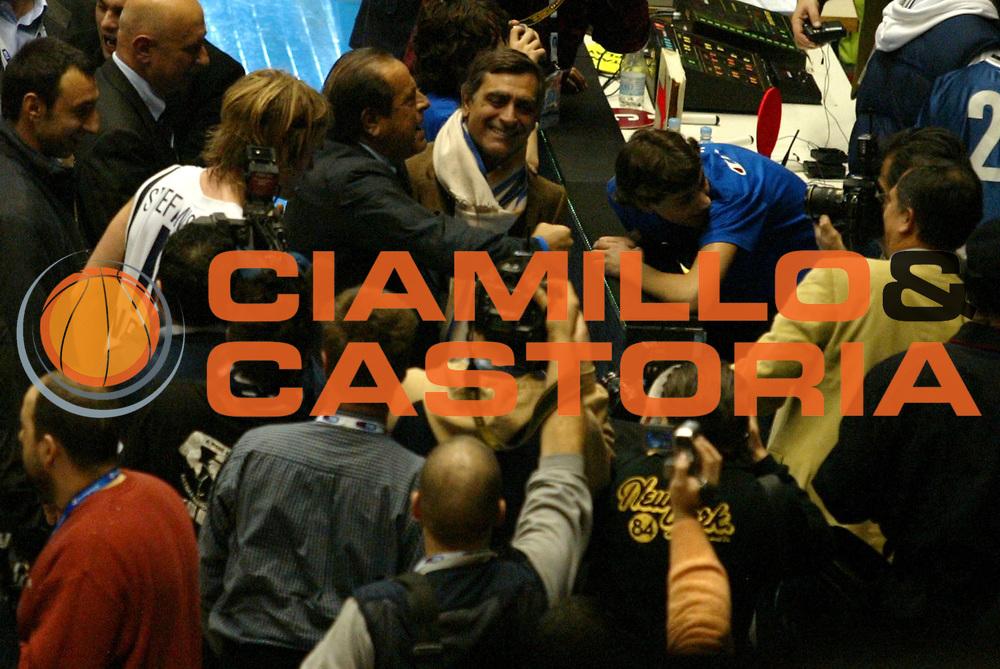 DESCRIZIONE: Forli Lega A1 2005-06 Coppa Italia Tim Cup Carpisa Napoli Benetton Treviso<br />GIOCATORE: Maione Toti<br />SQUADRA: Carpisa Napoli Lottomatica Virtus Roma<br />EVENTO: Campionato Lega A1 2005-2006 Coppa Italia Final Eight Tim Cup SemiFinale<br />DATA: 18/02/2006<br />CATEGORIA: Esultanza<br />SPORT: Pallacanestro<br />AUTORE: Agenzia Ciamillo-Castoria/G.Ciamillo