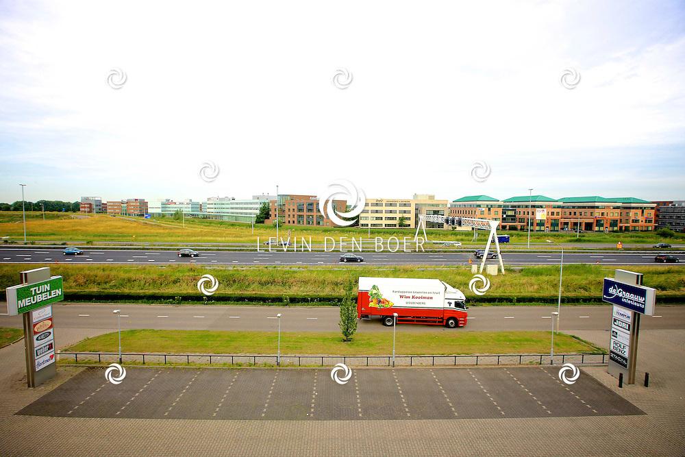 ZALTBOMMEL - Het industrieterrein Van Voordenpark, met op de foto  diversen kantoorpanden langs de snelweg A2 bij Zaltbommel. FOTO LEVIN DEN BOER - PERSFOTO.NU