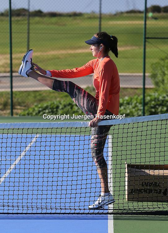 Tennis Profi Julia Goerges (GER) im Trainingslager,Algarve,Portugal,<br /> Julia beim aufwaermen,Uebung,Stretching,warm machen,<br /> Einzelbild,Ganzkoerper,Hochformat,