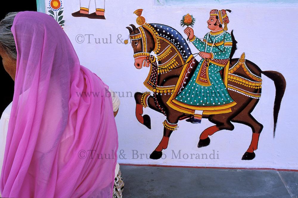 Inde - Rajasthan - Jodhpur - La vieille ville bleue - Femme en sari - Peinture de mariage. // India. Rajasthan. Jodhpur. The blue city.