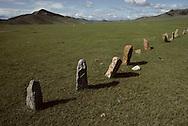 Mongolia. Turkish tombs         / 56. Alignement de pierres tombales turques (VI-VIIIème siècle). / Bien avant les Mongols, les Turcs ont fréquenté les steppes d'Asie septentrionale. Témoins, ces gros blocs monolithiques, appelés aussi  - pierres-balbals - , sortes de pierres tombales sans tombe ou de mémorial qui rappelle qu'un combat mortel eu lieu ici,dans cette vaste plaine au pied de la montagne DARQAN. (DARQAN UUL, dans l'aymag de ARQANGAY  / /15    L920723b  /  P0002620