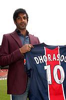 Fotball<br /> Foto: imago/Digitalsport<br /> NORWAY ONLY<br /> <br /> 06.07.2005  <br /> Neuzugang Vikash Dhorasoo (Paris St. Germain) präsentiert sein neues Trikot mit der Rückennummer 10