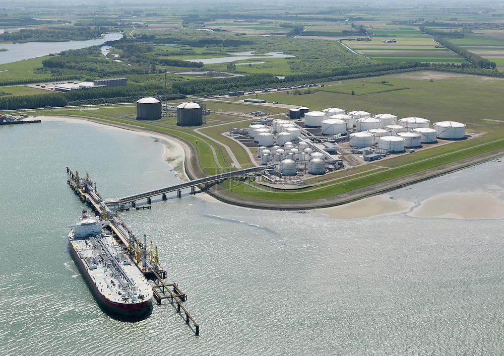 Oiltanking  terminal aan de Braakmanhaven bij Terneuzen met tanker SKS Darent aan de steiger om te lossen.