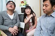 Michihisa Furukawa, Kana Oiwa och Hirokazu Ono samtalar om sex och relationer i Japan.<br /> &ldquo;Vad det g&auml;ller s&auml;ngen f&aring;r man inte l&auml;ra sig n&aring;got i skolan, i alla fall&rdquo;, s&auml;ger Kana Oiwa. Bristen p&aring; vettig sexualundervisning h&auml;r g&ouml;r att killarna f&aring;r sin &lsquo;skolning&rsquo; av porrfilm.&rdquo;
