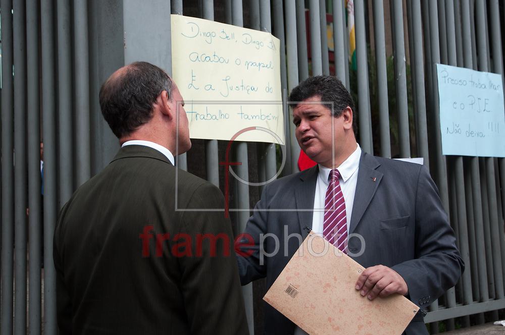 Rio de Janeiro - 13/11/2013 - Advogados trabalhistas fazem ato na frente do Tribunal Regional Do Trabalho (TRT) na Rua do Lavradio no Centro nesta quarta-feira (13). Eles querem a volta do sistema dos processo no papel até que o informatizado tenha um funcionamento normal. Para chamar a atneção de quem psasava pelo local um Papai Noel distribuía panfletos - FOTO: ERBS JR./FRAME