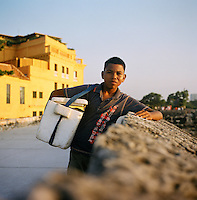 """Soda seller on the wall of the """"Old City"""" in Cartagena, Colombia. (Photo/Scott Dalton)"""