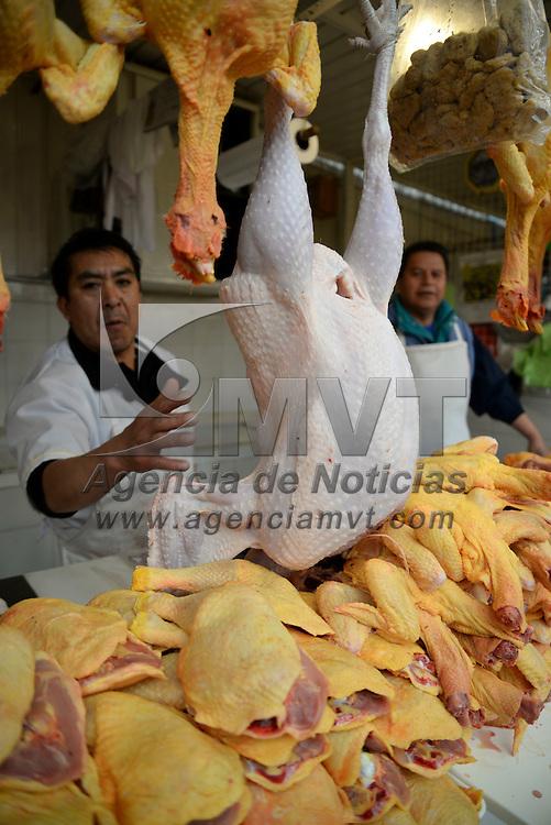 Toluca, México.- Bacalao, carne de res y cerdo, pescado fresco, pavo y pollo son tan solo algunos de los alimentos que se prepararan para la cena de Navidad este 24 de diciembre, la gente acudió a los principales mercados de la ciudad para realizar sus compras. Agencia MVT / Crisanta Espinosa
