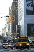 21 NOV 2003, NEW YORK/USA:<br /> Yellow Cab Taxis und ein Schulbus auf der morgendlichen 5Th Avenue, Manhatten, New York<br /> IMAGE: 20031121-02-025<br /> KEYWORDS: Hochhaeuser, Strassenverkehr, Autos,