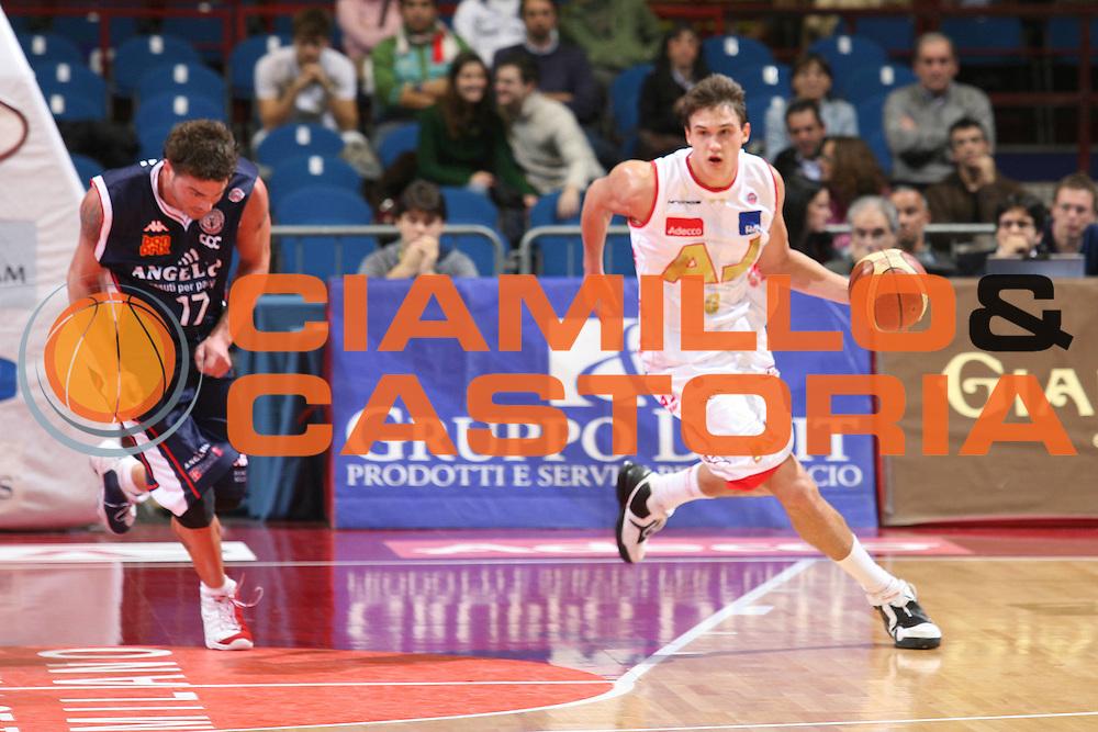 DESCRIZIONE : Milano Lega A1 2006-07 Armani Jeans Milano Angelico Biella<br />GIOCATORE : Gallinari<br />SQUADRA : Armani Jeans Milano<br />EVENTO : Campionato Lega A1 2006-2007 <br />GARA : Armani Jeans Milano Angelico Biella<br />DATA : 04/11/2006 <br />CATEGORIA :  Palleggio<br />SPORT : Pallacanestro <br />AUTORE : Agenzia Ciamillo-Castoria/S.Ceretti