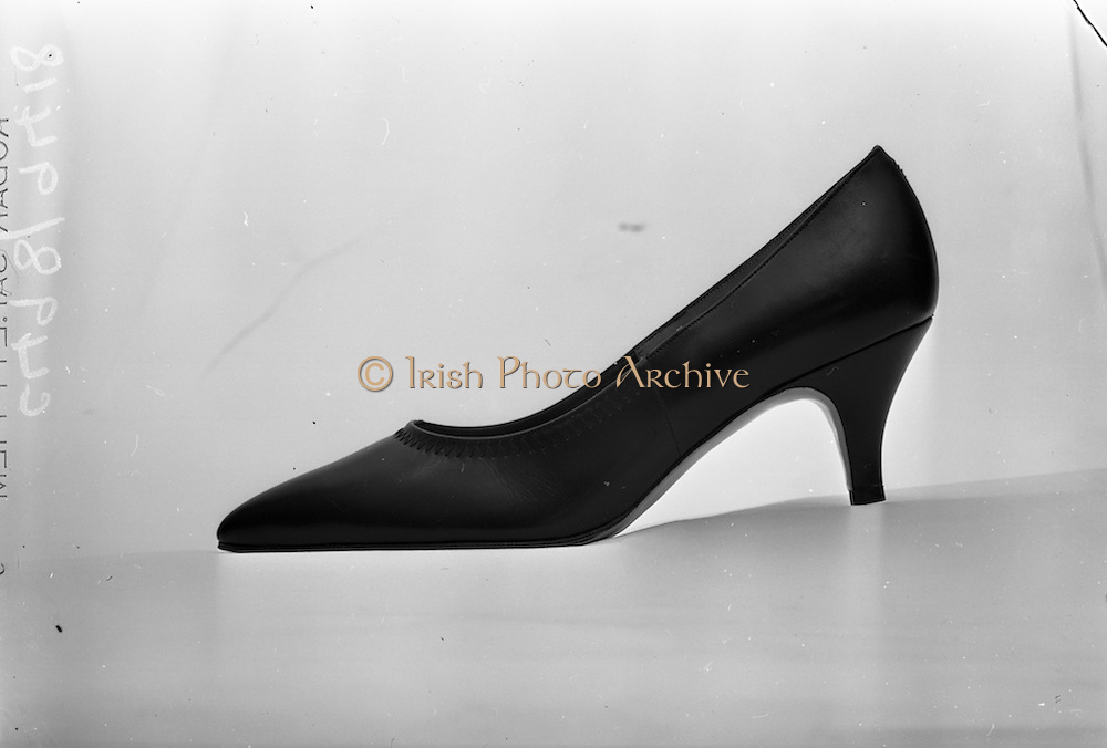 24/04/1965<br /> 04/24/1965<br /> 24 April 1965<br /> Photographing shoes for Castle Publications advertisement..