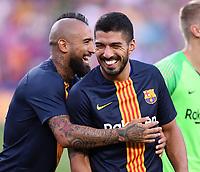 FUSSBALL  INTERNATIONAL   SAISON 2018/2019   15.08.2018 Joan Gamper Cup 2018 FC Barcelona - Boca Juniors Arturo Vidal (li, Barca) und Luis Suarez (re, Barca) hab was zu Lachen