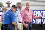 Tidligere president Bill Clinton sammen med verten, senator Tom Harken. Senator Tom Harkin's årlige grillfest.