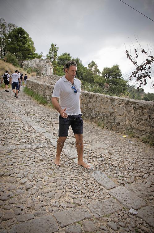 Palermo:pilgrims climbing Monte Peleggrino to reach the sanctuary of Saint Rosalia.<br /> Palermo: fedeli salgono su Monte Pellegrino per raggiungere il santuario di Santa Rosalia