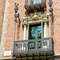 Balcon de un edificio de la calle La Diagonal en Barcelona, España. Balcony of a building on Calle Diagonal in Barcelona, ​​Spain.