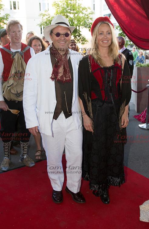 OSLO, 2014-5-16;  Barnetoget hilser kongefamilie på Petter Stordalen inviterer til tradisjonell 16.maifest med masse kjendiser. Arne Hjeltnes og kona Cathrine Gerkhen. FOTO:  TOM HANSEN