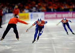 23-02-2008 SCHAATSEN: FINALE ISU WORLD CUP: HEERENVEEN<br /> Paulien van Deutekom en op de achtergrond Ireen Wust en Gerard Kemkers<br /> ©2008-WWW.FOTOHOOGENDOORN.NL