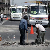 TOLUCA, México.-  Trabajadores del ayuntamiento realizan trabajos de reparación en la avenida Lerdo, los automovilistas tienen que pasar de uno en uno y de forma lenta para no provocar algún accidente. Agencia MVT / Jesús Romero. (DIGITAL)