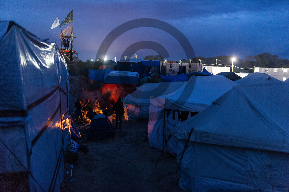 Calais, Frankreich - 16.10.2016<br /> Mirgranten sitzen im Dschungel von Calais an einem Lagerfeuer. Das Fluechtlingscamp an der Kueste zum Aermelkanal soll laut franz&ouml;sischer Regierung in den n&auml;chsten Tagen geraeumt werden. In dem Camp leben um die 1000 Fluechtlinge und warten auf die Moeglichkeit zur Weiterreise durch den Eurotunnel nach Gro&szlig;britannien. Photo: Foto: Markus Heine / heineimaging<br /> <br /> Calais, France - 2016/10/16<br /> Migrants sit in the Calais Jungle at a campfire. The refugee camp on the coast to the English Channel is to be cleared in the next few days, according to the French government. In the camp live around the 1000 refugees and wait for the possibility to travel further through the Eurotunnel to the UK. Photo: Foto: Markus Heine / heineimaging<br /> <br /> ------------------------------<br /> <br /> Ver&ouml;ffentlichung nur mit Fotografennennung, sowie gegen Honorar und Belegexemplar.<br /> <br /> Bankverbindung:<br /> IBAN: DE65660908000004437497<br /> BIC CODE: GENODE61BBB<br /> Badische Beamten Bank Karlsruhe<br /> <br /> USt-IdNr: DE291853306<br /> <br /> Please note:<br /> All rights reserved! Don't publish without copyright!<br /> <br /> Stand: 10.2016<br /> <br /> ------------------------------