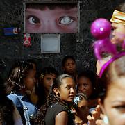 Carnavales de Caracas, Carnestolendas, fiestas de la carne, comúnmente conocidas como Carnavales. En Venezuela nuestros carnavales son fiestas movibles que se celebran entre febrero y marzo. La tradición llegó junto con la conquista y se practicaba la costumbre de jugar con agua y todo tipo de sustancias como huevos, azulillo, etc. Con la llegada del Obispo Diez Madroñero a Caracas, en el siglo XVIII, los carnavales se convirtieron en tres días de rezos, rosarios y procesiones, por considerar el Obispo que eran fiestas pecaminosas. De hecho, su nombre Carnaval viene del latín carnen levare, que significa quitar la carne. 23 de febrero del 2009. (Aaron Sosa / Orinoquiaphoto)