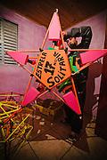 """Hay pocos proyectistas de globos de papel: """"Nanico"""" (enano, en portugués) vive en Paraná, pero vende sus creaciones para São Paulo, mayor provincia del país. La estrella de un metro y medio de ancho subirá a los cielos atada a un globo."""