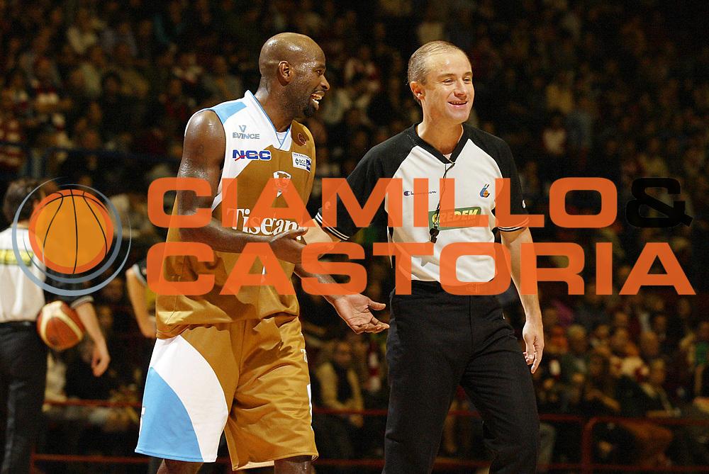 DESCRIZIONE : Milano Lega A1 2006-07 Armani Jeans Milano Tisettanta Cantu<br /> GIOCATORE : Jordan Arbitro<br /> SQUADRA : Tisettanta Cantu<br /> EVENTO : Campionato Lega A1 2006-2007 <br /> GARA : Armani Jeans Milano Tisettanta Cantu <br /> DATA : 26/11/2006 <br /> CATEGORIA : Delusione<br /> SPORT : Pallacanestro <br /> AUTORE : Agenzia Ciamillo-Castoria/G.Cottini