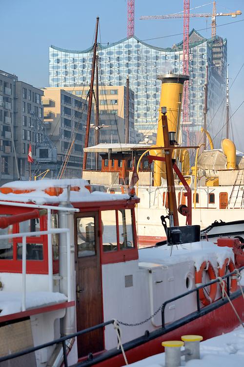 Hafencity mit Traditionsschiffhafen und die Elbphilharmonie im Schnee
