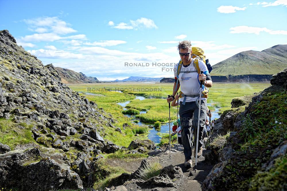 06-07-2014 NED: Iceland Diabetes Challenge dag 2, Landmannalaugar <br /> Trek van Landmannalaugar naar Hrafntinnusker. Een prachtige trekking door de hooggebergte van Landmannalaugar met veel kleuren, sneeuw, gletsjers en zwarte landschappen / Eddy