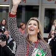 NLD/Utrecht/20150204 - Koningin Maxima bezoekt het Social Pouwerhouse Symposium 'Serious Social Value , Koningin Maxima zwaait met in haar handen Albert Heijn Bonus bloemen