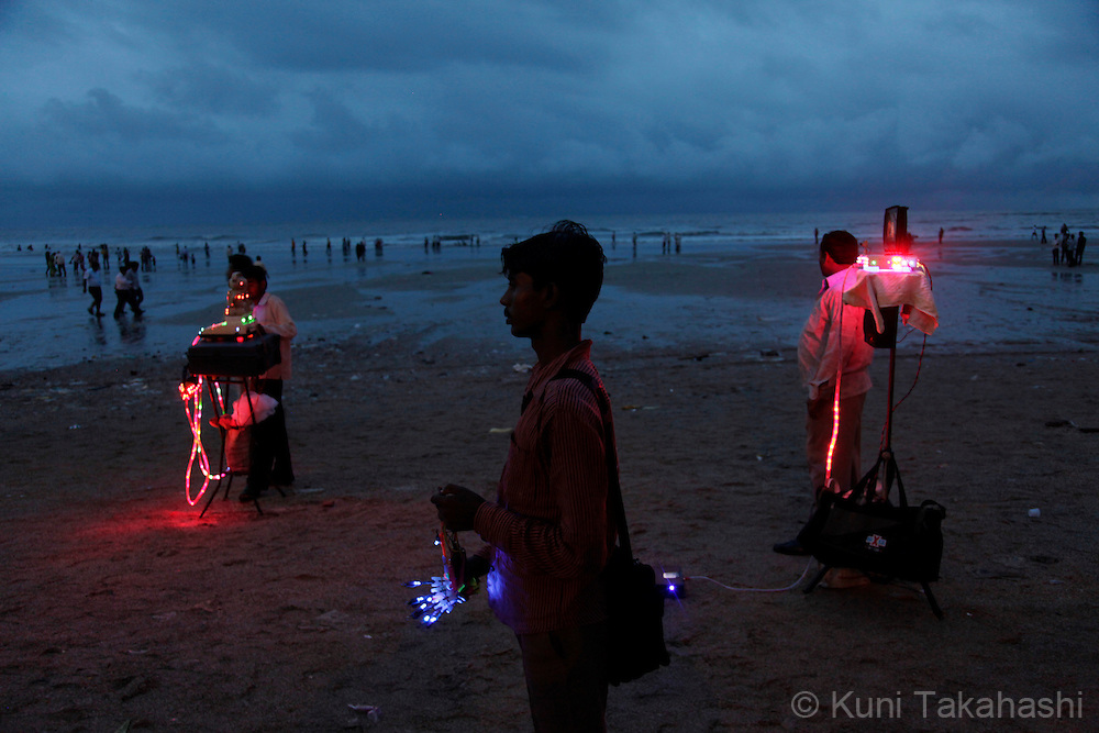 Vendors on Juhu beach in Mumbai, India on July 30, 2010.<br /> Photo by Kuni Takahashi