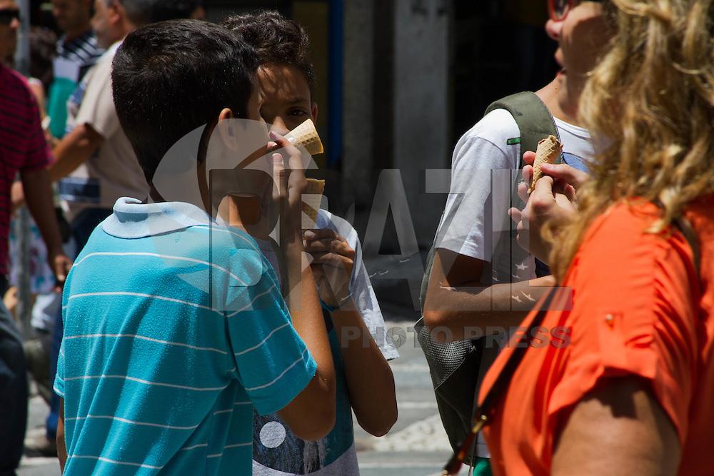 SÃO PAULO-SP-CLIMA TEMPO SÃO PAULO - As temperaturas têm média de 31° na Praça da Sé e pedestres se protegem do calor com sorvetes,água e etcs.Região central da cidade de São Paulo na tarde dessa terça-feira,03.(Foto:Kevin David/Brazil Photo Press)