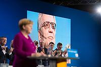DEU, Deutschland, Germany, Berlin,26.02.2018: Parteitag der CDU in der Station. Standing Ovations für den scheidenden Bundesinnenminister Dr. Thomas de Maiziere (CDU). Vorn am Redepult Bundeskanzlerin Dr. Angela Merkel (CDU). Die Delegierten stimmten mit großer Mehrheit für die Neuauflage der Großen Koalition (GroKo).