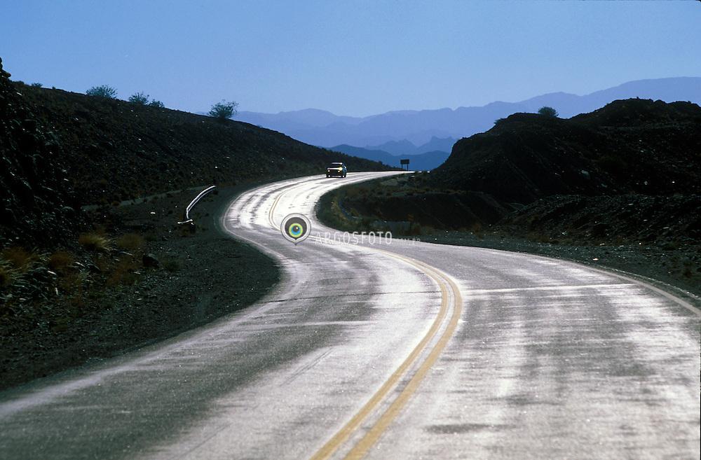 """Cordilheira dos Andes, Chile. 01/2004.Estrada que liga Santiago do Chile a Mendoza, Argentina, atraves da Cordilheira dos Andes. A cordilheira dos Andes e uma vasta cadeia montanhosa formada por um sistema continuo de montanhas ao longo da costa ocidental da America do Sul. Ela possui aproximadamente oito mil quilometros de extensao e, em seus trechos mais largos, 160 quilometros do extremo leste ao oeste. Sua altitude media e em torno de quatro mil metros e seu ponto culminante e o pico do Aconcagua com 6962 metros./ Road that connects Santiago do Chile to Mendoza, Argentina. The Andes is the world's longest mountain range, forming a continuous chain of highland along the western coast of South America. The name Andes comes from the Quechua word anti, which means """"high crest."""" The Andes range is the highest mountain range outside Asia, with the highest peak, Aconcagua, rising to 6,962 m (22,841 feet) above sea level..Foto Marcos Issa/Argosfoto"""