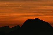 La silhouette du Moléson en contre-jour le soir lors du choucher de soleil vue depuis le Vounetz, Charmey. Der Moleson als Silhouette bei Sonnenuntergang. © Romano P. Riedo