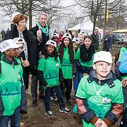 NLD/Almere/20150318 - Nationale Boomplantdag 2015, voorzitter Onno Hoes en Annemarie Jorritsma