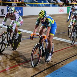 Kirsten Wild wint de titel op de scratch tijdens het NK baanwielrennen in Apeldoorn voor Kelly Markus en Amy Pieters