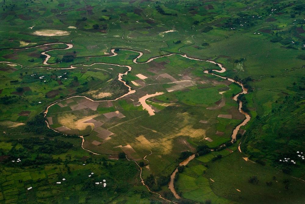 """Pendant la saison des pluies, les terres qui bordent le Lac Tana sont inondées. Avec l'aide des Nord-Coréens, le ministère de l'agriculture introduit la culture du riz en 1978 afin de profiter astucieusement de cet excédent d'eau et de tenter de remédier au dépeuplement de la région. Ces zones désertées commencent petit à petit à se repeupler. On compte aujourd'hui des centaines d'hectares de rizières. À l'est du Lac Tana, Wereta est un """"nouveau village"""" de cultivateurs nommé par la variété de riz qui a relancé l'économie locale. Éthiopie août 2011."""