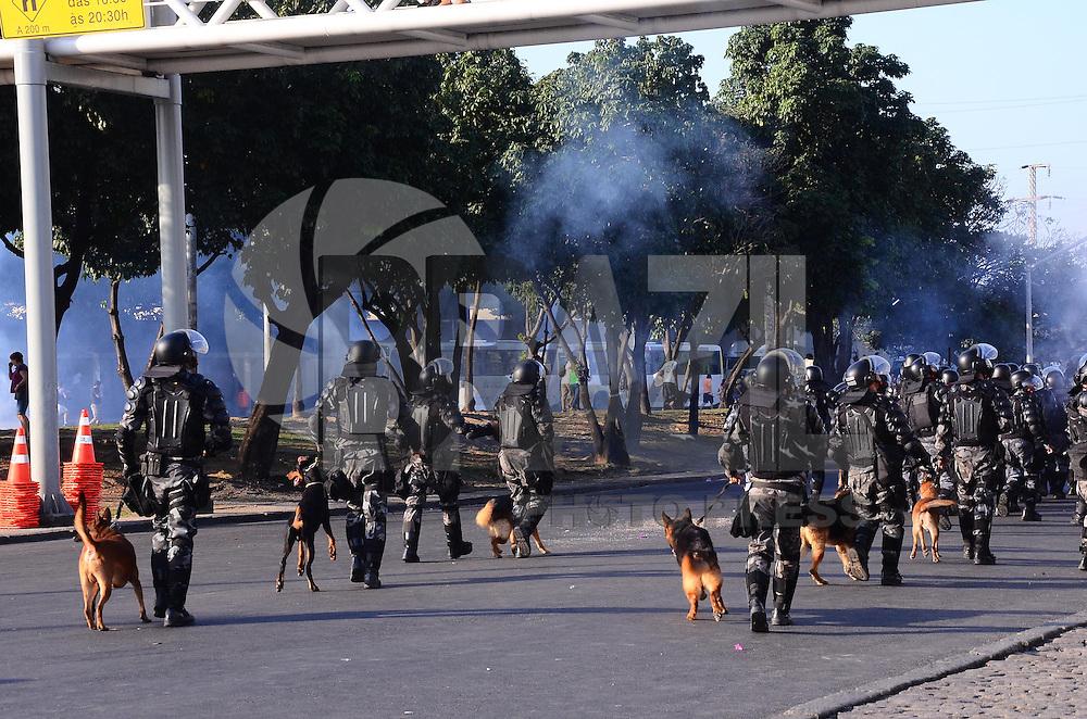 RIO DE JANEIRO, RJ, 16 DE JUNHO DE 2013 -MANIFESTAÇÃO NO MARACANÃ-COPA DAS CONFEDERAÇÕES-RJ- Manifestantes protestam no em torno do Maracanã, no dia do jogo Itália x México, na tarde deste domingo, 16 de junho, no Maracanã,zona norte do Rio de Janeiro.FOTO:MARCELO FONSECA/BRAZIL PHOTO PRESS