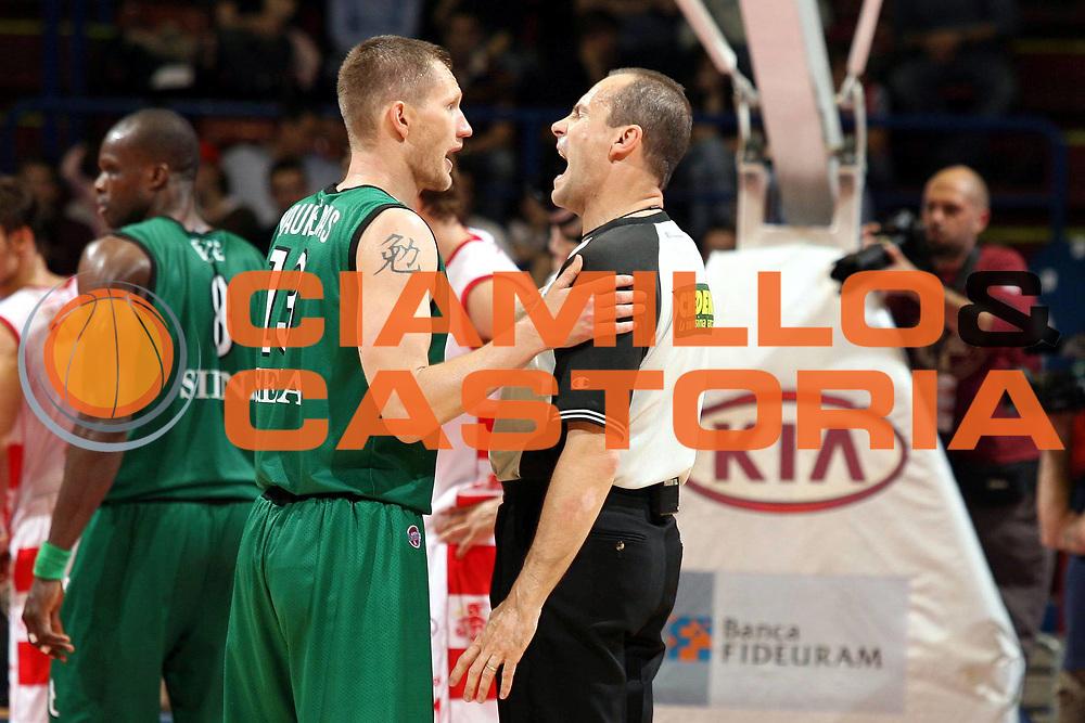 DESCRIZIONE : Milano Lega A1 2007-08 Playoff Semifinale Gara 2 Armani Jeans Milano Montepaschi Siena <br />GIOCATORE : Rimantas Kaukenas Arbitro<br />SQUADRA : Montepaschi Siena<br />EVENTO : Campionato Lega A1 2007-2008 <br />GARA : Armani Jeans Milano Montepaschi Siena<br />DATA : 24/05/2008 <br />CATEGORIA : Ritratto Curiosita<br />SPORT : Pallacanestro <br />AUTORE : Agenzia Ciamillo-Castoria/M.Marchi
