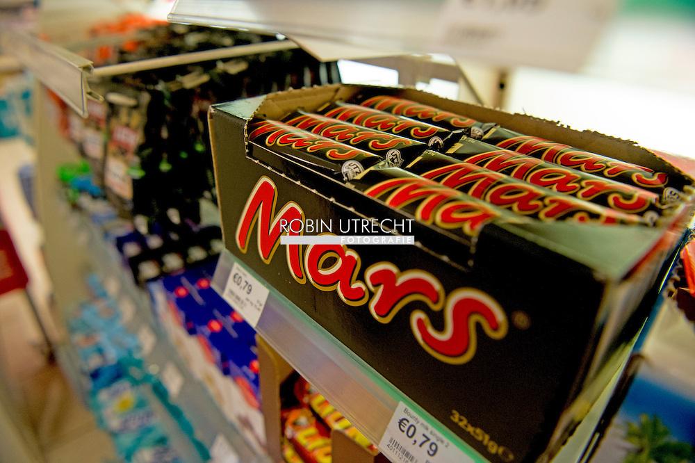 ROTTERDAM - mars marssen liggen gewoon nog in de winkels in rotterdam . Mars Nederland haalt met een omvangrijke actie repen terug uit de winkels en snoepautomaten in het hele land. In een reep in Duitsland zijn stukjes plastic aangetroffen. Niet alleen Marsrepen, maar ook Snickers, Milky Way Mini, Celebrations en Mini Mix worden uit eigen beweging teruggeroepen.US chocolate giant Mars Tuesday ordered a massive international recall of Mars and Snickers bars made at its Dutch factory after a piece of plastic found in one snack was traced back to the site. Millions of chocolate bars were deemed possibly unsafe for consumption in 55 countries after a customer in Germany found a piece of red plastic in his Snickers bar last month. copyright robin utrecht